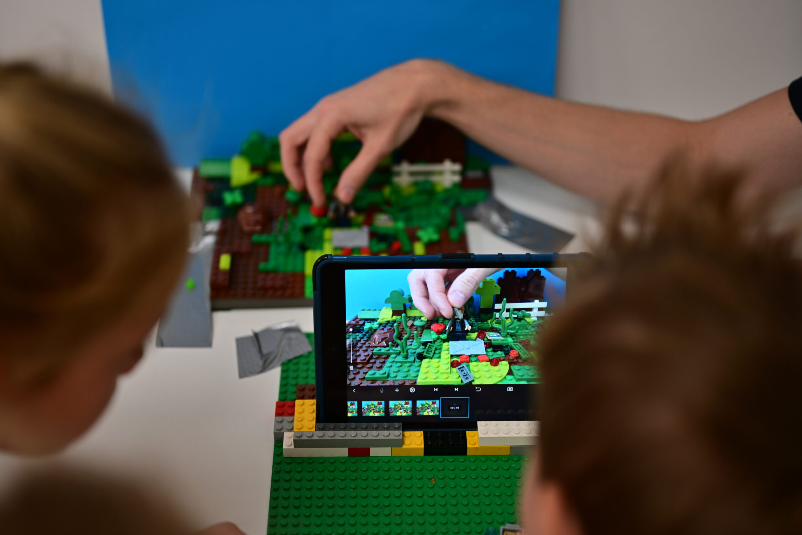 Inspiracje zabaw z klockami – kreatywny materiał do tworzenia filmów poklatkowych